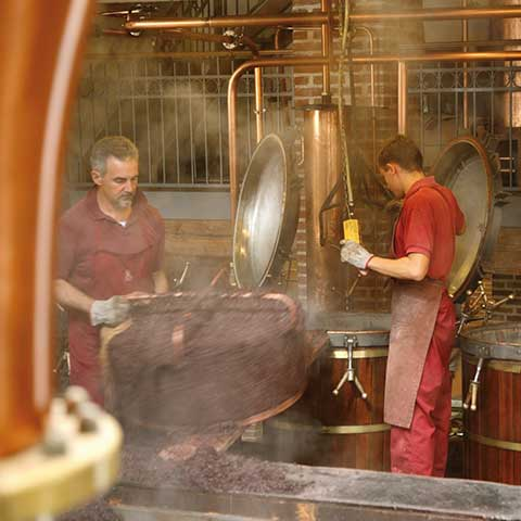 Arbeiter in der Distillerie